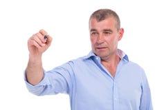 Przypadkowy w średnim wieku mężczyzna pisze na fictive ekranie Fotografia Royalty Free