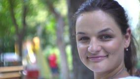 Przypadkowy zakończenie w górę portreta młodej kobiety ono uśmiecha się zdjęcie wideo