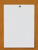 Przypięty papier z korek deski tłem zdjęcia royalty free
