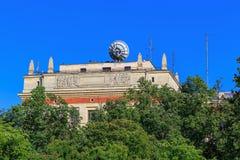 Przypowieściowa antena na dachu budynek Lomonosov Moskwa stanu uniwersyteta MSU physics fakultet przeciw niebieskiemu niebu w pog Zdjęcie Royalty Free