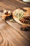 Przyprawiać na tle w górę textured drewnianej kopii przestrzeni i Cynamon, gwiazdowy anyż, koper, cloves, przyprawowy herbaciany  fotografia royalty free