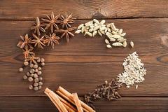 Przyprawiać na tle w górę textured drewnianej kopii przestrzeni i Cynamon, gwiazdowy anyż, koper, cloves, przyprawowy herbaciany  zdjęcia stock
