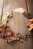 Przyprawiać na tle w górę textured drewnianej kopii przestrzeni i Cynamon, gwiazdowy anyż, koper, cloves, przyprawowy herbaciany  zdjęcie stock