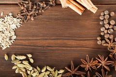 Przyprawiać na tle w górę textured drewnianej kopii przestrzeni i Cynamon, gwiazdowy anyż, koper, cloves, przyprawowy herbaciany  obrazy stock