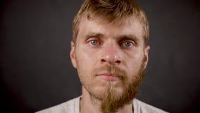 Przyrodni brodaty mężczyzna wiruje twarz w ciemnym odosobnionym studiu zbiory