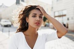 Przyrodni długość portret piękna młoda dziewczyna z brunetki kędzierzawą dziewczyną fotografia stock