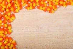 Przyrodni intern jaskrawa cukierek kukurudza na drewno stole zdjęcia stock