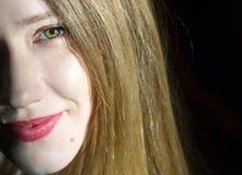 Przyrodni twarzy headshot blondynki młoda kobieta, czarny tło Zdjęcia Royalty Free