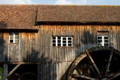 Przyrodni Wodnego młynu dom w wiosce w Alsace Obrazy Stock