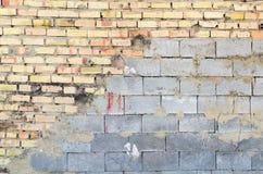 Przyrodnia cegła i połówki betonowa ściana fotografia royalty free