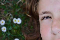 Przyrodnia część twarz dziewczyna łgarski puszek na trawie troszkę fotografia stock