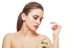 Przyrodnia naga kobieta z konika ogonem, profesjonalisty uzupełniał, zdrowa czysta skóra, uses parfume dla przyjemnego perfumowan obraz stock