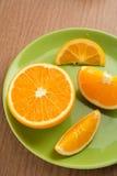 Przyrodnia pomarańcze i plasterki pomarańcze na talerzu Obrazy Royalty Free