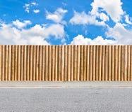 Przyrodnia round poczta i sztachetowy ogrodzenie Obrazy Stock