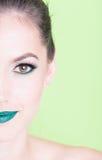 Przyrodnia twarz jest ubranym fachowego makijaż dama Zdjęcia Royalty Free