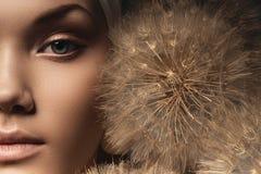 Przyrodnia twarz kobieta z dużym dandelion Zdjęcia Royalty Free