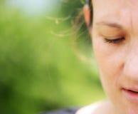 Przyrodnia twarz piękna naturalna kobieta na zielonym tle. Obrazy Royalty Free