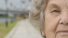 Przyrodnia twarz poważna dojrzała stara kobieta outdoors zdjęcie wideo