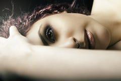 Przyrodniego portreta łgarska dziewczyna Potomstwa modelują kobieta makijaż Zdjęcia Stock