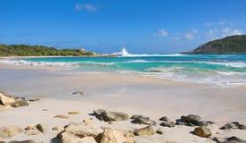 Przyrodniej księżyc zatoki oceanu Atlantycki wybrzeże Antigua i Barbuda - Karaibska tropikalna wyspa - zdjęcie stock