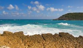 Przyrodniej księżyc zatoki oceanu Atlantycki wybrzeże Antigua i Barbuda - Karaibska tropikalna wyspa - zdjęcia stock