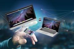 Przyrząda lubią smartphone, pastylkę lub komputer lata nad connecti, zdjęcia royalty free