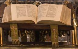 Przysłowie książka na pokazie przy St Giles katedrą, Edynburg, Sc fotografia royalty free
