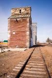 Przyschnięta linia kolejowa Popiera kogoś pociąg Tropi Drewnianego Silosowego budynek Obrazy Stock