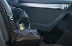 Przyschnięta torba w tylnym siedzeniu, kraść ręcznie, czarna rękawiczka zdjęcie stock