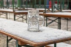 Przyschnięty piwny kubek w śniegu Obraz Stock