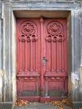 Przyschnięty stary i wietrzejący drzwi zdjęcia royalty free