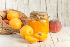 Przyskrzynia od morel i brzoskwini, i few dojrzałe owoc Obraz Royalty Free