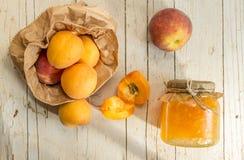Przyskrzynia od morel i brzoskwini, i few dojrzałe owoc Zdjęcia Stock