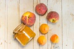 Przyskrzynia od morel i brzoskwini, i few dojrzałe owoc Zdjęcie Stock