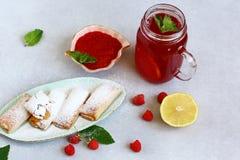 Przyskrzynia shortbread ciastka i czerwony kompot z malinką i dżemem z świeżymi malinkami i mennicą, zamyka w górę zdjęcia stock