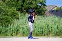 Przystojna śliczna Młoda chłopiec bawić się baseballa chronienie i czekanie baza fotografia stock
