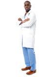 Przystojna afrykanin lekarka odizolowywająca na bielu Zdjęcia Stock