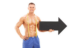 Przystojna atleta trzyma dużą czarną strzała Obrazy Royalty Free