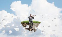 Przystojna biznesmen sztuka jego papierów samoloty i melodia lata wokoło zdjęcia royalty free