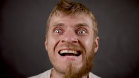 Przystojna brodata modniś samiec ono uśmiecha się jak szalony a w czarnym studiu zbiory wideo