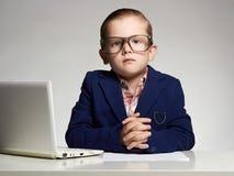 Przystojna chłopiec w biurze biznesowy dziecko zdjęcie stock