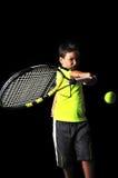 Przystojna chłopiec z tenisowym wyposażeniem bawić się forehanda Zdjęcia Royalty Free