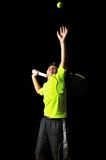 Przystojna chłopiec z tenisowym wyposażeniem robi usługa Zdjęcie Royalty Free