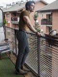 Przystojna ciemna z włosami młody człowiek pozycja w balkonie Obraz Royalty Free
