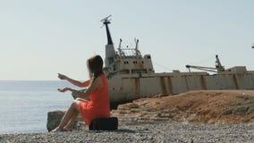 Przystojna dama bawić się z kamieniami blisko starego statku zbiory