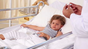 Przystojna doktorska sprawdza temperatura mała dziewczynka zdjęcie wideo