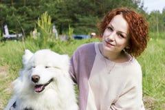 Przystojna dziewczyna pozuje z psem Zdjęcie Stock