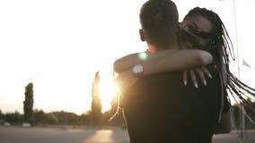 Przystojna elegancka chłopiec trzyma jego szczupła dziewczyna w drelichowych koszula, stoi na drodze w lato półmroku piękni potom zdjęcie wideo