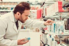 Przystojna farmaceuta przy pracą Fotografia Stock