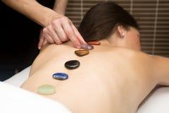 Przystojna kobieta dostaje masaż z gorącymi kamieniami Zdjęcia Stock